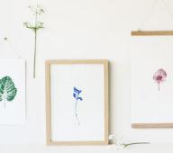 """Les affiches de la collection """"Empreintes"""" sont illustrées de motifs végétaux et proposées en divers formats et couleurs. Chaque illustration s'inspire de la nature et des plantes pour offrir une touche délicate et florale à toutes les pièces de la maison. Créées et imaginées en France par 23janvier."""
